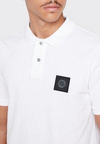 Burton Menswear London - STADIUM WAFFLE BADGE - Polo shirt - white - 4