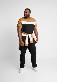 Burton Menswear London - CARA TEE  - Triko s potiskem - brown - 1