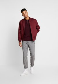 Burton Menswear London - CASTLE YOKE ZIP  - Maglione - burg - 1