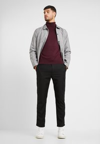 Burton Menswear London - CORE ROLL - Svetr - burgundy - 1