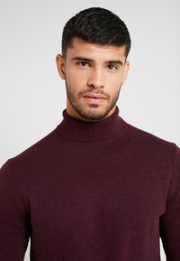 Burton Menswear London - CORE ROLL - Trui - burgundy