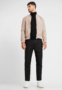 Burton Menswear London - CORE ROLL - Stickad tröja - black - 1
