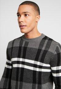 Burton Menswear London - BENJAMIN CHECK CREW  - Sweter - grey - 3