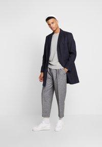 Burton Menswear London - CORE CREW  - Jersey de punto - grey - 1