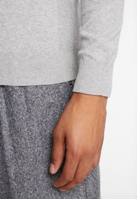 Burton Menswear London - CORE CREW  - Jersey de punto - grey - 5