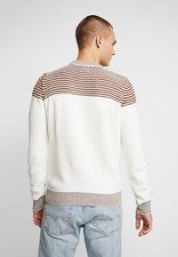 Burton Menswear London - DUKE CREW - Stickad tröja - white - 2