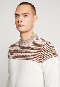 Burton Menswear London - DUKE CREW - Stickad tröja - white - 4
