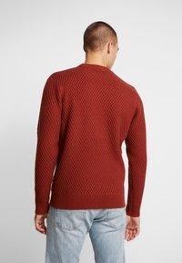 Burton Menswear London - HUBURT CREW - Strikkegenser - rust - 2