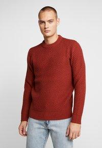 Burton Menswear London - HUBURT CREW - Strikkegenser - rust - 0