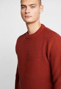 Burton Menswear London - HUBURT CREW - Strikkegenser - rust - 4