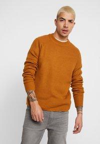 Burton Menswear London - FISHERMAN - Strikkegenser - mustard - 0