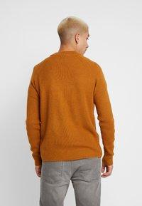Burton Menswear London - FISHERMAN - Strikkegenser - mustard - 2