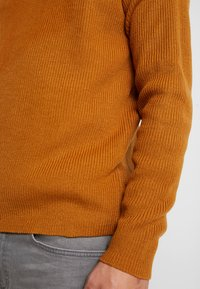 Burton Menswear London - FISHERMAN - Strikkegenser - mustard - 5