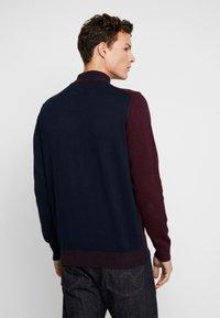 Burton Menswear London - VERTICAL COLOUR BLOCK HALF ROLL - Svetr - burgundy - 2