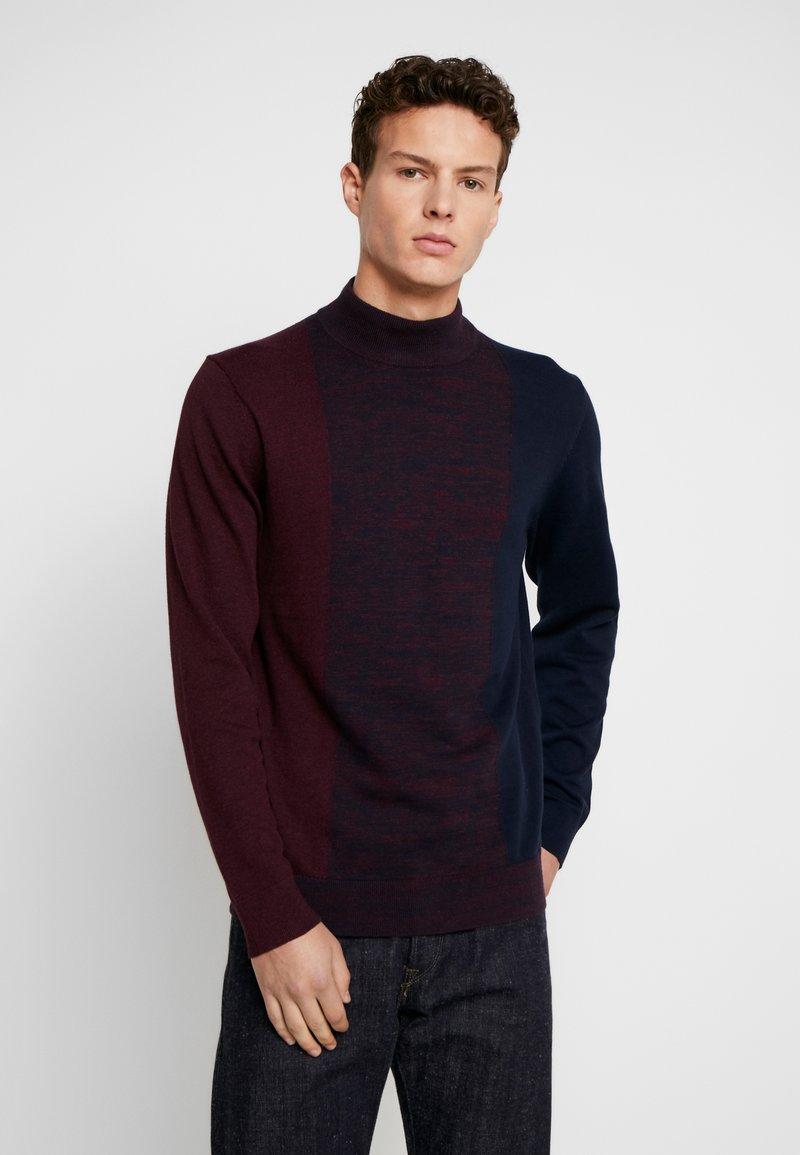 Burton Menswear London - VERTICAL COLOUR BLOCK HALF ROLL - Svetr - burgundy
