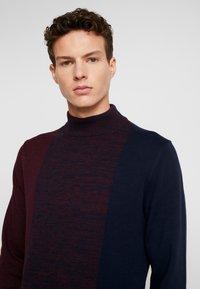 Burton Menswear London - VERTICAL COLOUR BLOCK HALF ROLL - Svetr - burgundy - 4