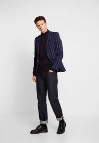 Burton Menswear London - VERTICAL COLOUR BLOCK HALF ROLL - Svetr - burgundy - 1