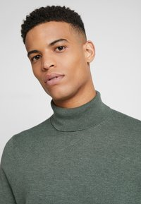 Burton Menswear London - CORE ROLL SEA - Svetr - green - 3