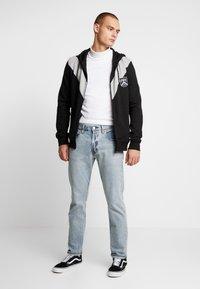 Burton Menswear London - CHEVRON SHIELD HOOD - Sudadera con cremallera - black - 1