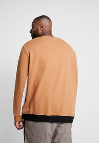 Burton Menswear London - C&S B&T - Collegepaita - brown - 2