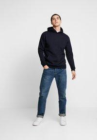 Burton Menswear London - SOLID HOOD - Felpa con cappuccio - navy - 1