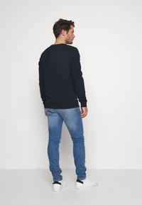 Burton Menswear London - DINOSAUR CREW - Mikina - navy - 2