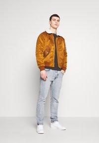 Burton Menswear London - COLLECTION UTILITY CREW - Mikina - khaki - 1