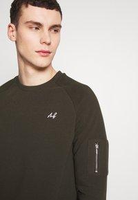 Burton Menswear London - COLLECTION UTILITY CREW - Mikina - khaki - 4