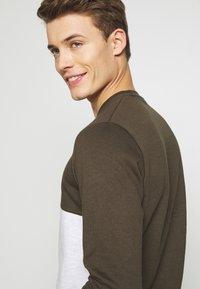 Burton Menswear London - COLOUR BLOCK CREW - Mikina - khaki - 3