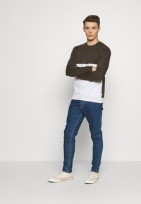 Burton Menswear London - COLOUR BLOCK CREW - Mikina - khaki - 1