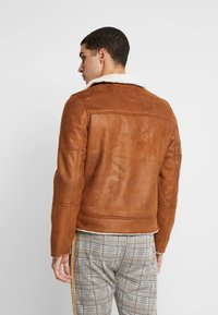 Burton Menswear London - BROWN SHEARLING  - Faux leather jacket - braun - 2
