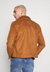 Burton Menswear London - TRUCKER - Jacka i konstläder - brown - 2