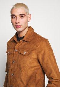 Burton Menswear London - TRUCKER - Jacka i konstläder - brown - 3