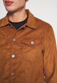 Burton Menswear London - TRUCKER - Jacka i konstläder - brown - 5