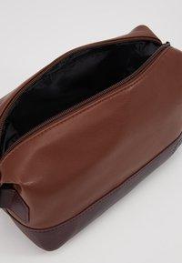 Burton Menswear London - VEGAN WASHBAG - Toilettas - brown - 3