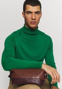 Burton Menswear London - VEGAN WASHBAG - Toilettas - brown - 1