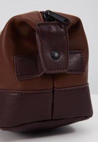 Burton Menswear London - VEGAN WASHBAG - Toilettas - brown - 5
