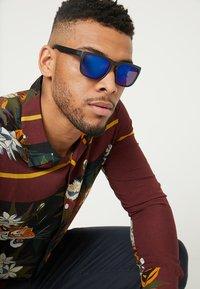 Burton Menswear London - SQUARE MOLLY BLUR MIRROR - Gafas de sol - blue - 1