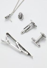 Burton Menswear London - FLEUR COLLAR TIP TIE PIN AND CUFFLINK SET - Other - silver-coloured - 4