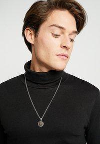Burton Menswear London - CROSS COIN NECKLACE - Náhrdelník - mixed metal - 1