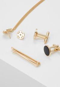 Burton Menswear London - ENAMEL CIRCLE COLLAR TIP CUFFLINK AND TIE PIN SET - Annet - gold-coloured - 2