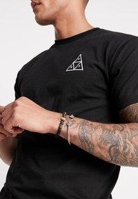 Burton Menswear London - LION BANGLE AND BEADS - Armband - gold-coloured/black - 1