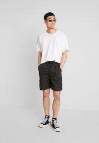 Mister Tee - Shorts - black - 1