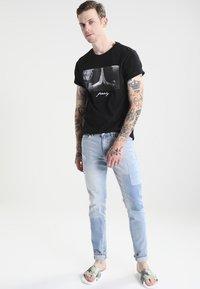 Mister Tee - PRAY - T-shirt med print - black - 1