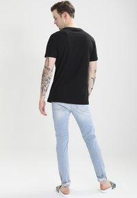 Mister Tee - PRAY - T-shirt med print - black - 2