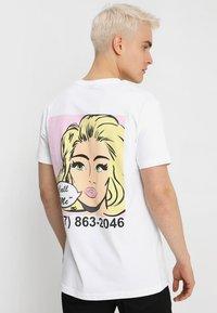 Mister Tee - CALL ME TEE - T-shirt med print - white - 0