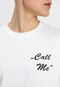Mister Tee - CALL ME TEE - T-shirt med print - white - 3