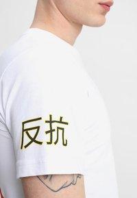 Mister Tee - ASIA CAT TEE - T-shirts print - white - 5