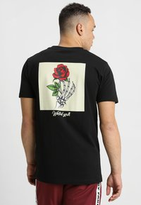 Mister Tee - WASTED YOUTH TEE - T-shirt med print - black - 0