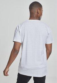 Mister Tee - T-shirt z nadrukiem - white - 1